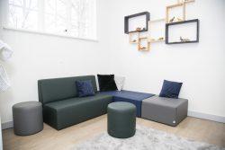 Verschillende zitbanken gecombineerd tot zithoek